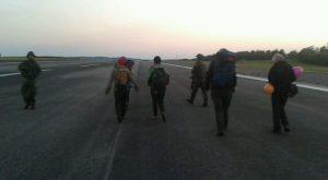 Aktivist*innen und Soldat*innen begegnen sich auf Startbahn des Fliegerhorsts Büchel (in der Morgendämmerung)